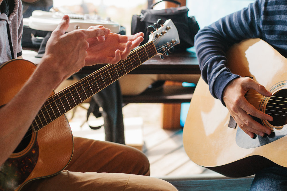 Learning to play the guitar. Music education and extra-curricula